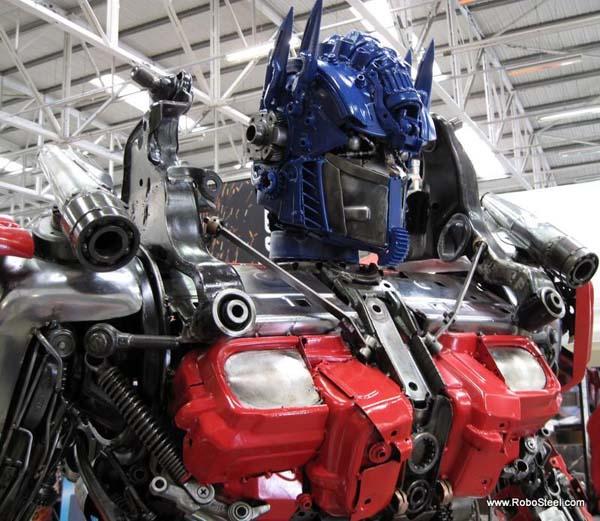 http://www.webfecto.com/wp-content/uploads/2010/03/Transformers-Optimus-reciclado-08.jpg