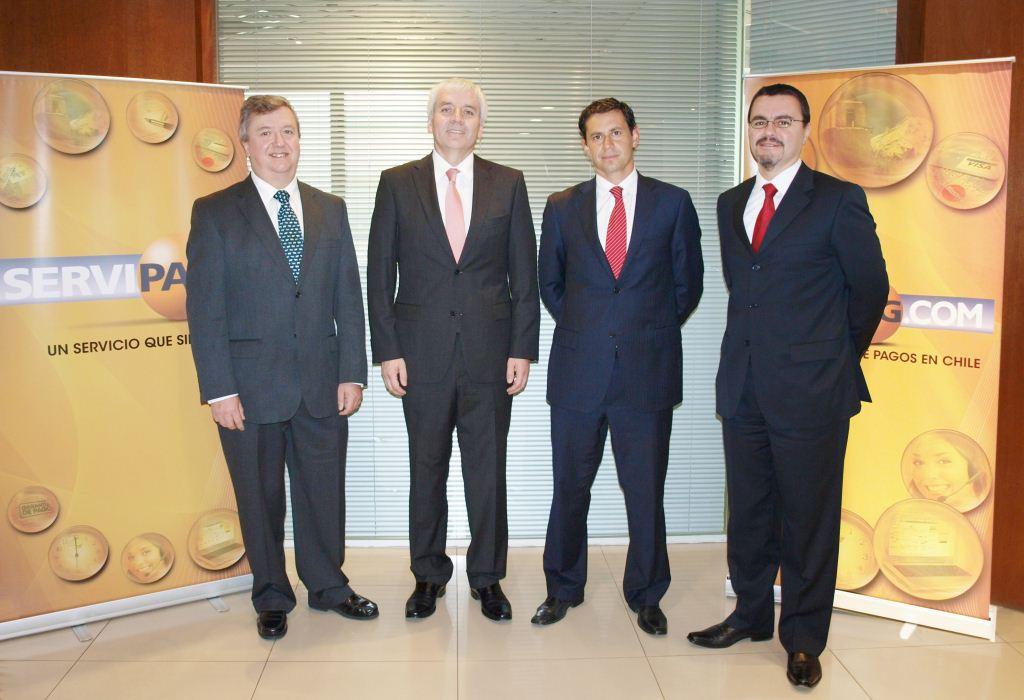 Luis H. Siles, gerente general de IBM Chile, Oscar Álvarez Morales, Gerente General Servipag; Aldo Marzolo, gerente de Software de IBM Chile; Víctor Poblete Agulló, Gerente Servipag.com.
